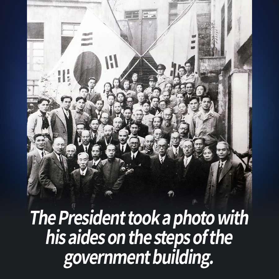 The President took a photo with his aides on the steps of the government building.